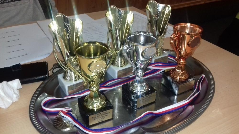 Trofeje ro nejlepší týmy, v zadní řadě pak pro individuálně oceněné.